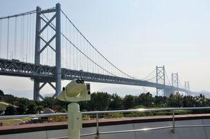 本四高速・与島パーキングエリアから瀬戸大橋を見るの写真素材 [FYI02657377]