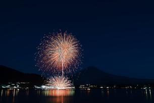 富士山と河口湖湖上祭花火大会 孔雀花火「扇の舞」の写真素材 [FYI02657405]