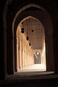 イブン・トゥールーン・モスクの回廊の写真素材 [FYI02657408]