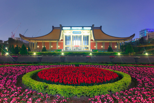 國父紀念館のライトアップと花壇の夜景の写真素材 [FYI02657438]