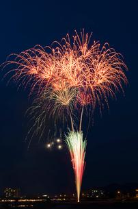 鹿沼さつき祭り協賛花火大会のスターマインの写真素材 [FYI02657481]