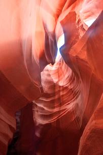 赤味を帯びた沢山の縞模様の地層があるアンテロープ・キャニオンの写真素材 [FYI02657487]