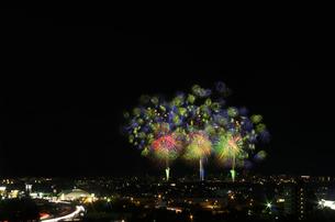 夜景と長岡まつり大花火大会の超大型ミラクルスターマインの写真素材 [FYI02657525]
