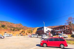 紅葉の奥山田温泉と高山牧場と笠ヶ岳の写真素材 [FYI02657616]