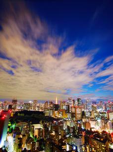 明石町から望む西南西方向のビル群と東京タワーの夜景の写真素材 [FYI02657688]
