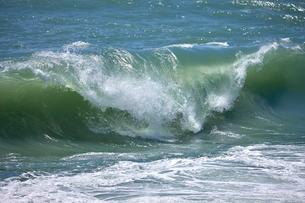 千畳敷から望む大きな波の写真素材 [FYI02657693]