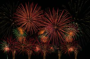 こうのす花火大会の音と光のコラボレーションの写真素材 [FYI02657717]