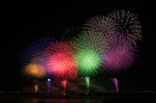 長岡大まつり花火大会の超大型ワイドスターマインの写真素材 [FYI02657747]