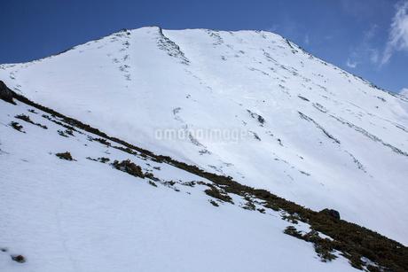 雪が積もった摩利支天山の写真素材 [FYI02657754]