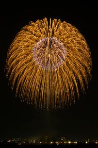 とりで利根川花火大会の割物の写真素材 [FYI02657790]