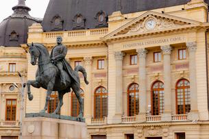 カルロ1世騎馬像と大学図書館の写真素材 [FYI02657807]