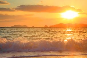 渚に打ち寄せる波と朝日の写真素材 [FYI02657854]