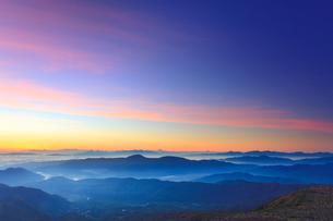 富士見岳から望む甲斐駒ケ岳方向の山並みと朝焼けの写真素材 [FYI02657859]