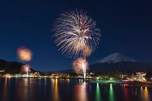 冬富士と河口湖・冬花火の写真素材 [FYI02657896]
