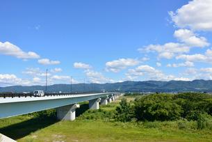 フェニックス大橋と信濃川の写真素材 [FYI02657899]