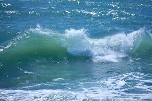 千畳敷から望む大きな波の写真素材 [FYI02657909]