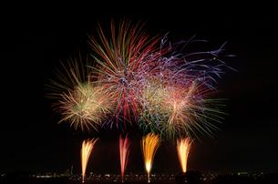 葛飾納涼花火大会でと東京スカイツリー グランドフィナーレの写真素材 [FYI02657926]