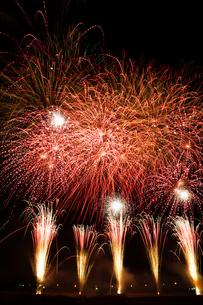 復興支援イベントの大晦日から元旦カウントダウン花火の写真素材 [FYI02657932]