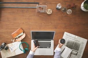 カフェでスマートフォンを操作する女性の写真素材 [FYI02657960]