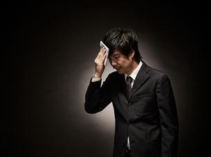 疲れたビジネスマンの写真素材 [FYI02658047]