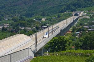甲府盆地を走るリニア中央新幹線の写真素材 [FYI02658070]