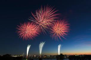 葛飾納涼花火大会で富士山暮色と東京スカイツリーの写真素材 [FYI02658104]