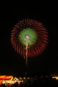 土浦全国花火競技大会の十号玉昇曲導付三重芯変化菊の写真素材 [FYI02658118]