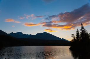 シトゥルバ湖の朝焼けの写真素材 [FYI02658123]