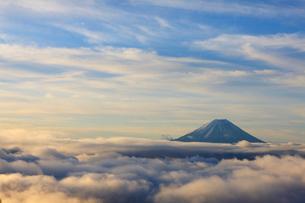 櫛形山からの富士山の写真素材 [FYI02658137]
