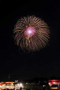 土浦全国花火競技大会で昇曲導付四重芯小波の写真素材 [FYI02658163]