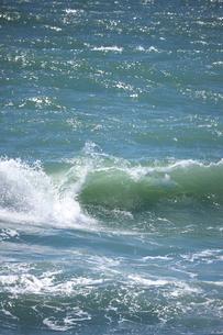 千畳敷から望む大きな波の写真素材 [FYI02658174]