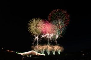 常総きぬ川花火大会のナイアガラ富士とオープニング花火の写真素材 [FYI02658240]