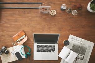 カフェで仕事をする人のテーブルトップの写真素材 [FYI02658244]