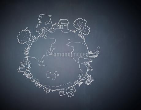 黒板に描かれた地球の絵のイラスト素材 [FYI02658306]