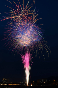 鹿沼さつき祭り協賛花火大会のスターマインの写真素材 [FYI02658311]