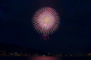 諏訪湖祭湖上花火大会 湖上を照らすパステルの☆キラメキ☆の写真素材 [FYI02658356]