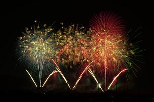 いせはら芸術花火大会のグランドフィナーレメロディ花火の写真素材 [FYI02658377]