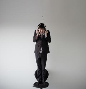 自殺しようとしている男性の写真素材 [FYI02658391]