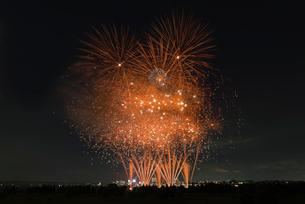 とりで利根川大花火 幽玄 和火音楽花火の写真素材 [FYI02658394]