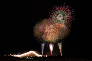 常総きぬ川花火大会 オープニング花火ナイアガラ富士200m付の写真素材 [FYI02658398]