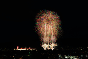 長岡まつり大花火大会 ナイアガラ超大型スターマインの写真素材 [FYI02658476]