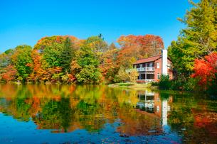 睡鳩荘と紅葉の塩沢湖の写真素材 [FYI02658484]