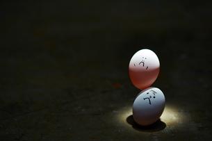 2つ縦に重なる卵の写真素材 [FYI02658499]