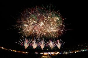 長野えびす講煙火大会で開会 個人協賛特大スターマインの写真素材 [FYI02658559]