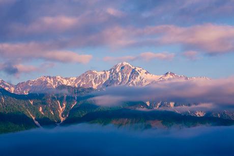 朝の白馬連峰の写真素材 [FYI02658560]