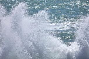 千畳敷から望む大きな波の写真素材 [FYI02658586]