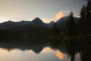 シトゥルバ湖の夕焼けの写真素材 [FYI02658593]