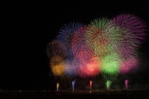 長岡まつり大花火大会の超大型ワイドスターマインの写真素材 [FYI02658650]