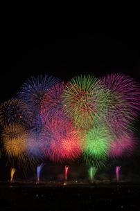 長岡まつり大花火大会の超大型ワイドスターマインの写真素材 [FYI02658682]