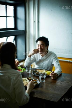カレーを食べるカップルの写真素材 [FYI02658724]